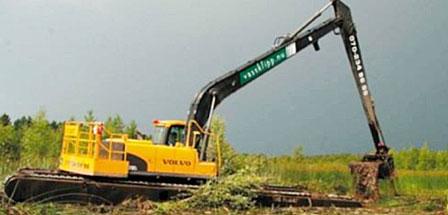 En finskbyggd specialmaskin. Används för stora tunga gräv- och muddringsarbeten. Grävdjup ner till 11 m.